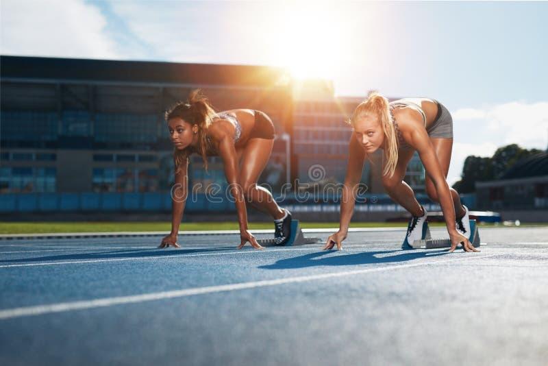 Бегун практикуя в стадионе атлетики стоковое изображение rf