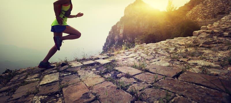 Бегун следа женщины на верхней части Великой Китайской Стены горы стоковое изображение
