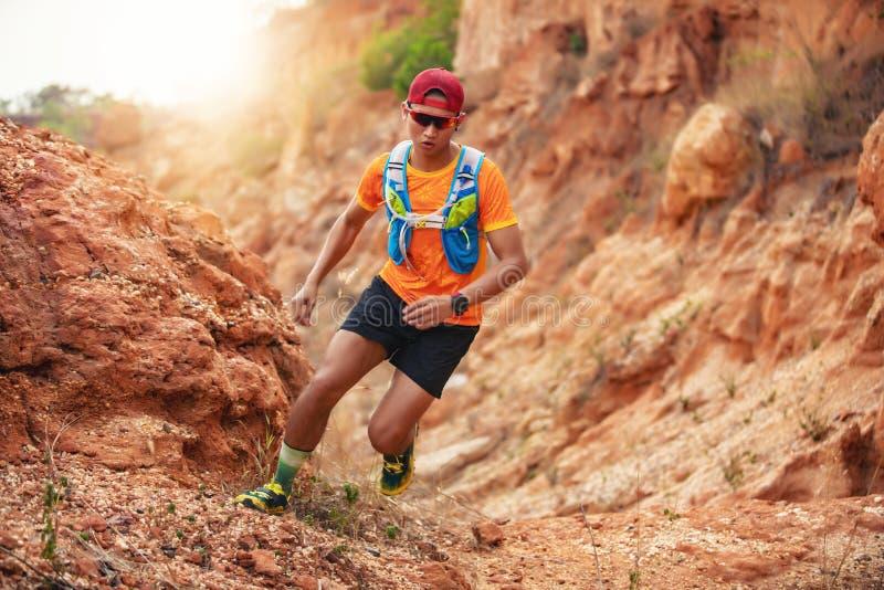 Бегун человека следа и ноги спортсмена нося ботинки спорт для следа бежать в горах стоковые изображения
