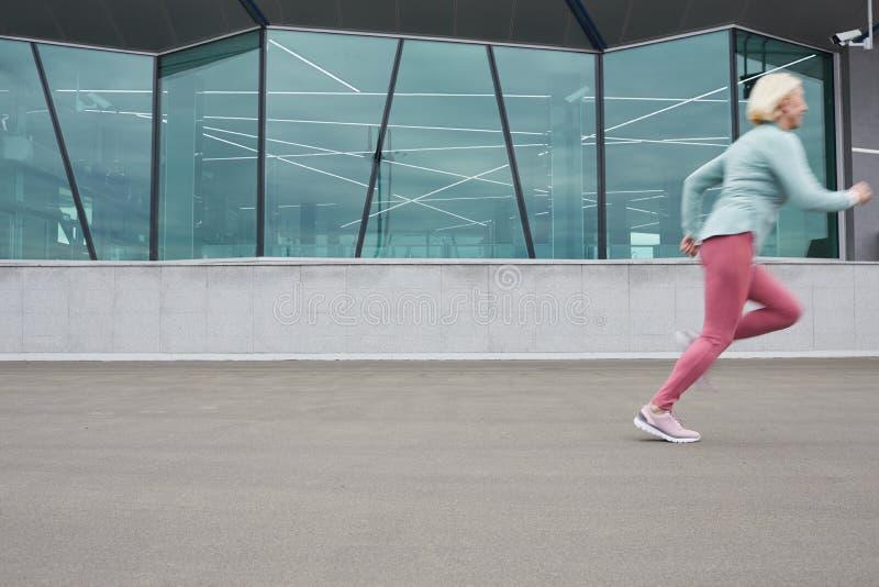 Бег вдоль здания стоковое фото