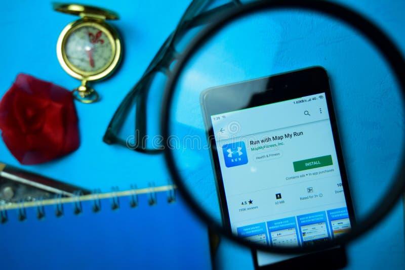 Бег с картой мое приложение dev бега с увеличивать на экране смартфона стоковое фото