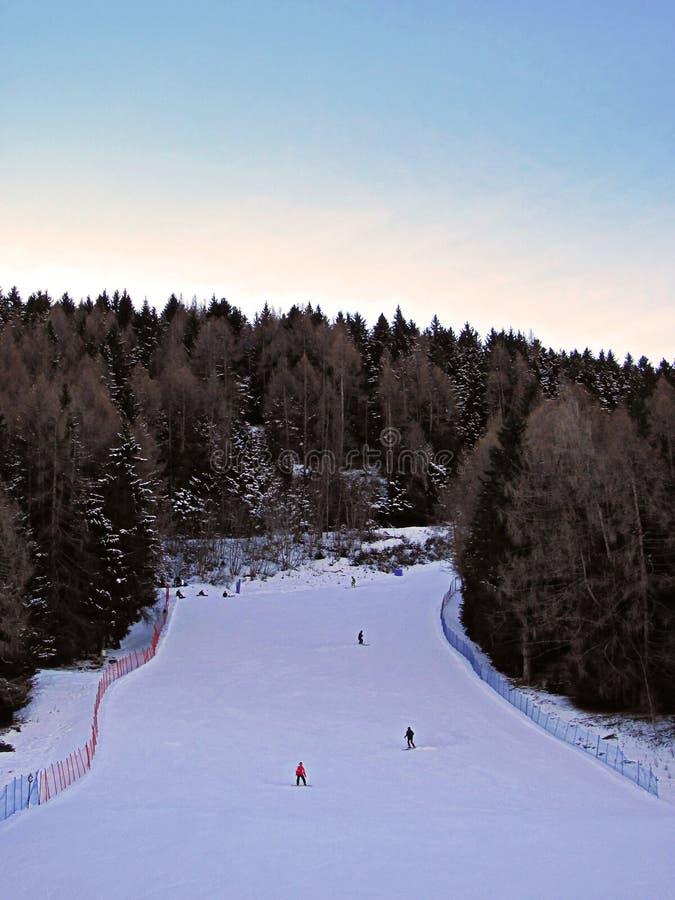 Бег лыжи в свете вечера - Альпы стоковые фото