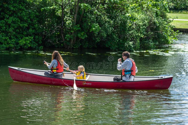 Бедфорд, Bedfordshire, Великобритания 2-ое июня 2019 Сплавляться на каяке семьи Мать, папа и дочь полоща в каяке на реке стоковая фотография rf