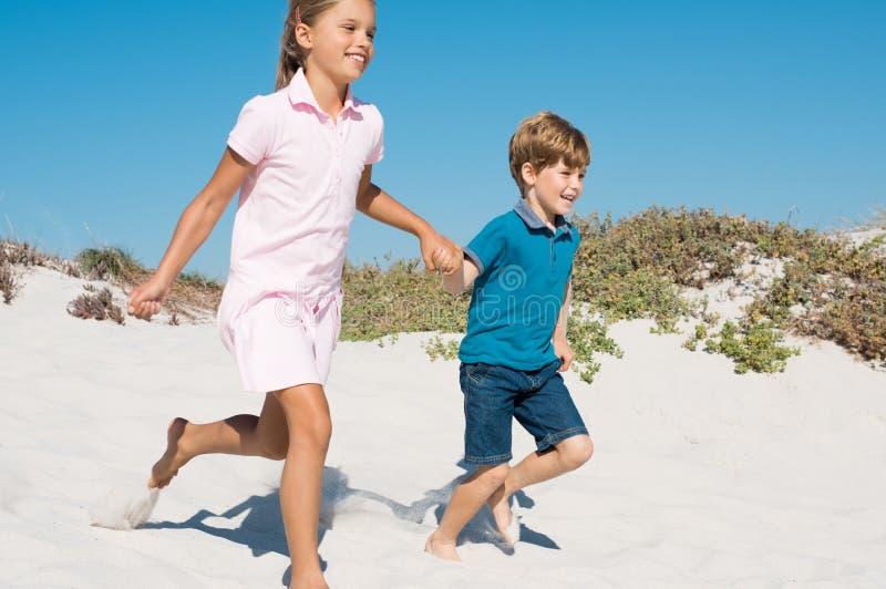 бежать детей пляжа стоковое фото rf