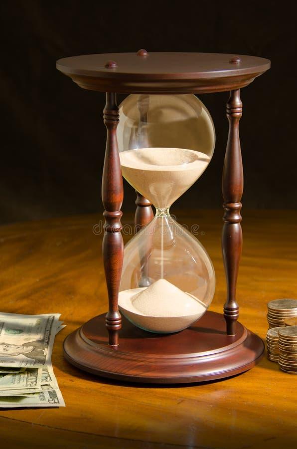 Бежать из времени вклад стекла часа денег стоковые фотографии rf