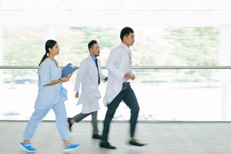 Бежать к пациенту стоковые фотографии rf