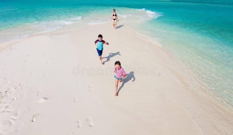 Download бежать малышей пляжа стоковое изображение. изображение насчитывающей над - 40576415