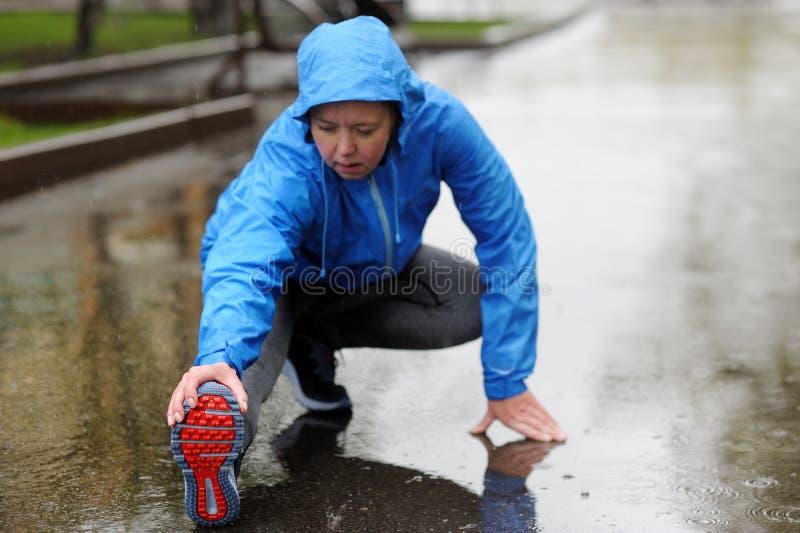 Бежать протягивать Крупный план идущих ботинок, женщина протягивая l стоковое изображение rf