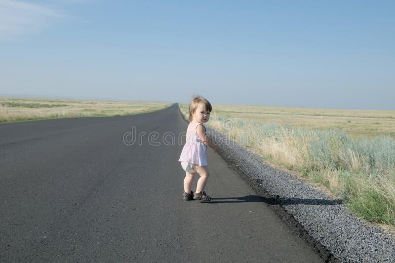 Бежать прочь маленький ребёнок в степи Большая окружающая среда ландшафта Перемещение в средней Азии Казахстане стоковое фото