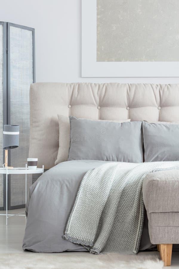 Бежевая кровать с подушками стоковое фото rf