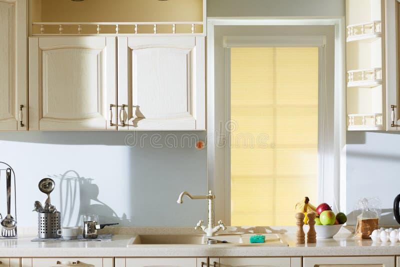 Бежевая кухня в классическом стиле стоковая фотография