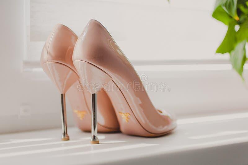 Бежевая bridal свадьба кренит ботинки стоковое фото rf