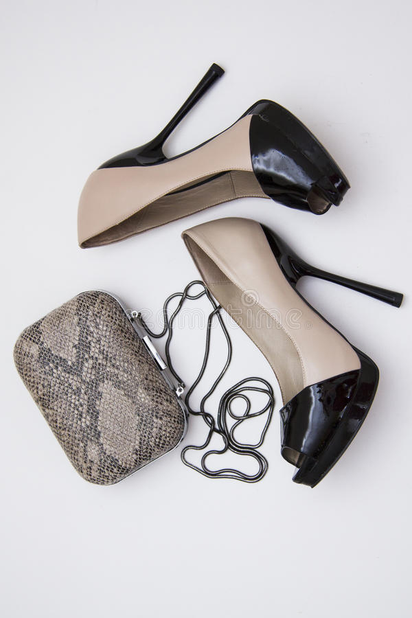 Бежевые ботинки и cluth snakeskin стоковое изображение