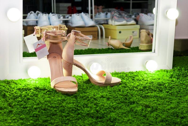 Бежевые ботинки на траве стоковое изображение rf