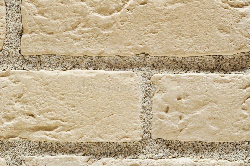 Бежевые кирпичи с серой стеной цемента стоковая фотография