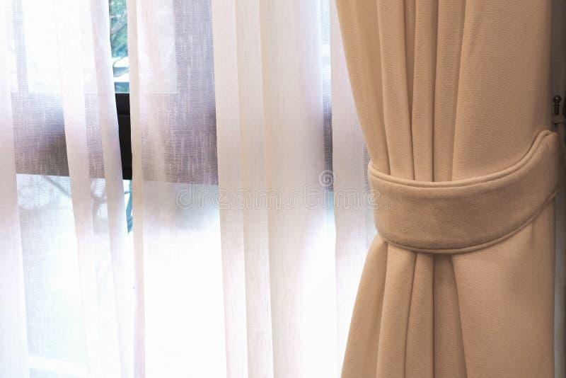 Бежевый занавес окном в приемной кровати стоковые изображения