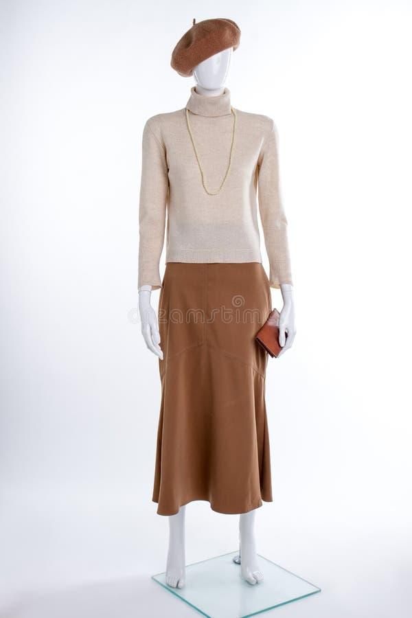 Бежевый свитер и коричневая юбка стоковые изображения