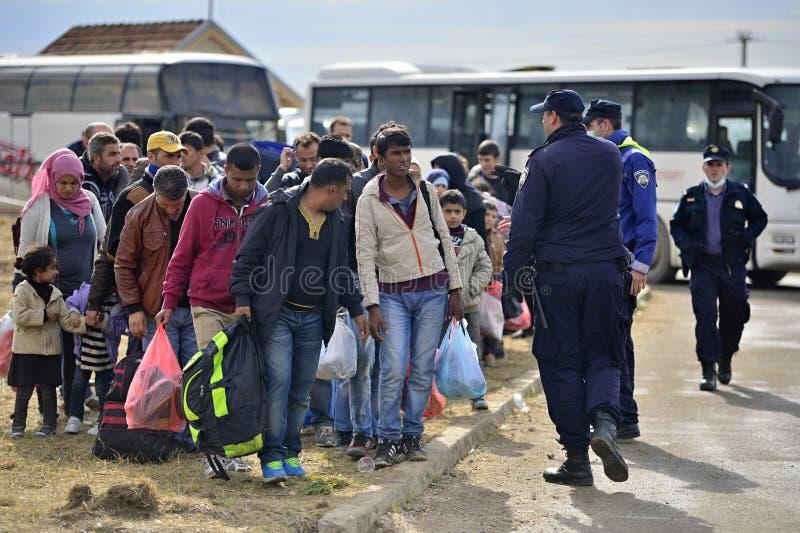 беженцы в Tovarnik (Сербе - граница Croatina) стоковые фото