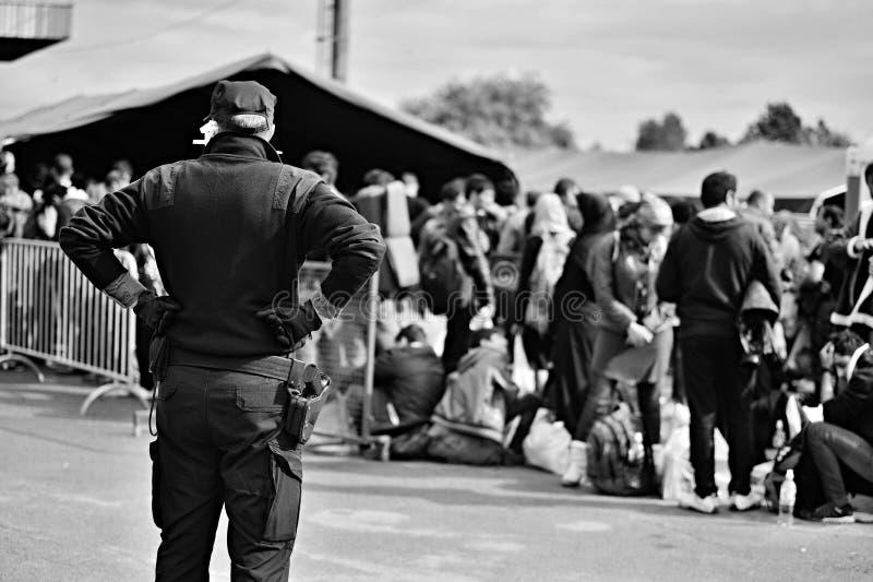беженцы в Tovarnik (Сербе - граница Croatina) стоковое изображение