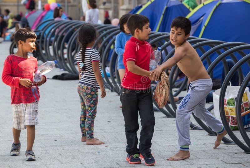 Беженцы детей на вокзале Keleti в Будапеште стоковая фотография rf