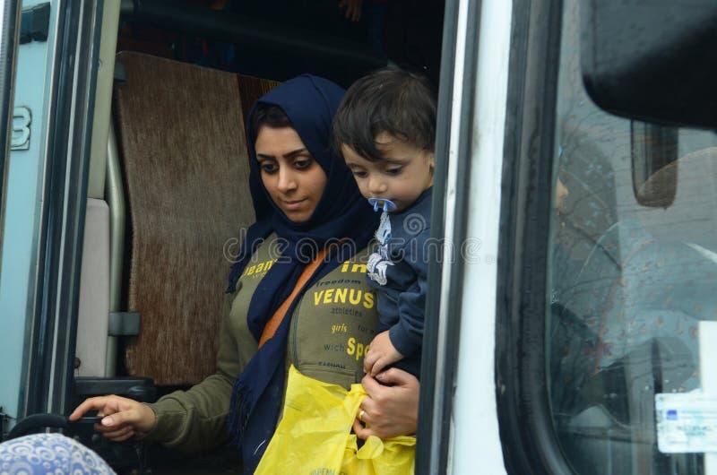 Беженцы матери и сына от Сирии стоковые фотографии rf
