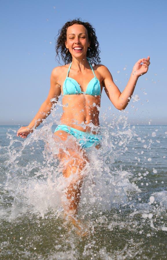 бежит детеныши женщины морской воды стоковое изображение