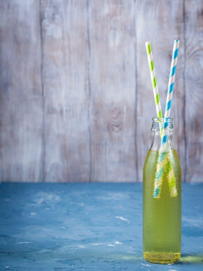 Безалкогольный напиток лимона сверкная в стеклянной бутылке стоковое фото rf