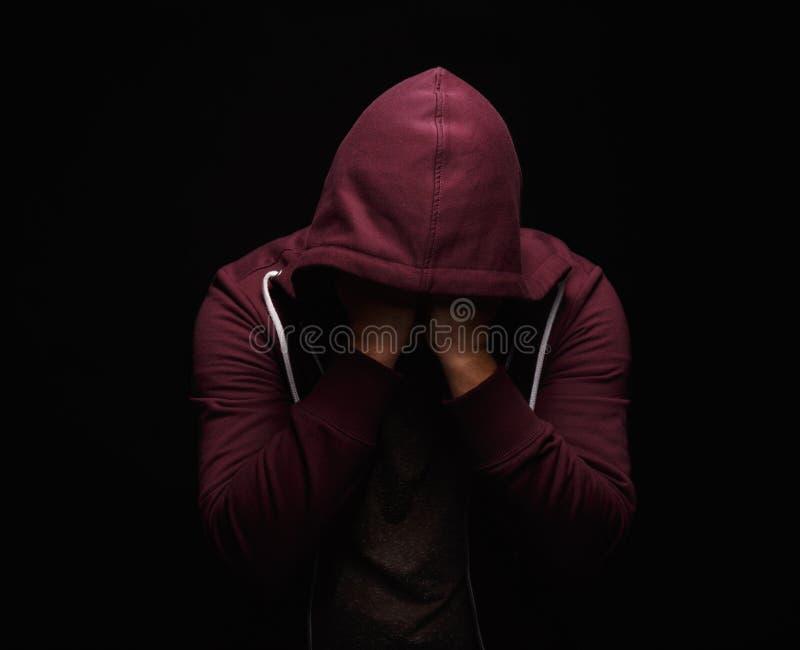 Безвыходный наркоман идя через кризис наркомании, портрет лекарства молодого человека с зависимостью вещества на черноте стоковые изображения