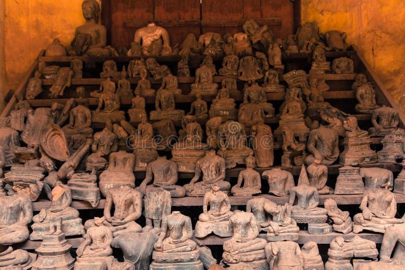 Безглавые статуи Будды на Wat Si Saket, Лаосе стоковая фотография rf