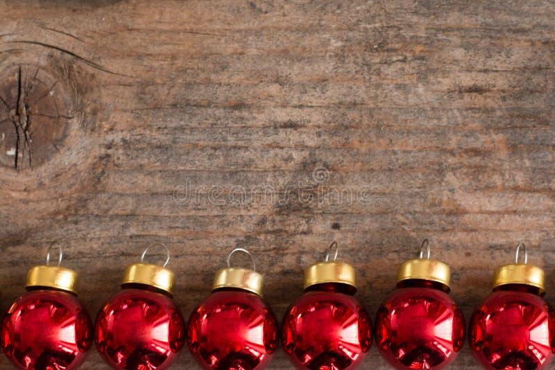 Безделушки рождества на деревенском деревянном столе, космосе экземпляра стоковые фото