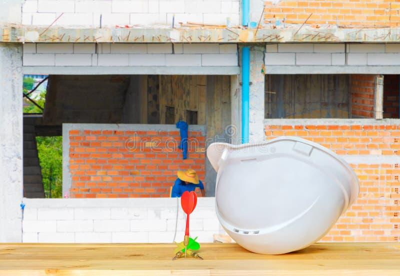 Бездеятельное шлема пластичное белое с работой оборудования для обеспечения безопасности шляпы 3 дротиков концепции инженерства н стоковое фото