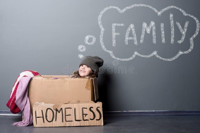 Бездомная девушка в коробке бумаги стоковое фото rf