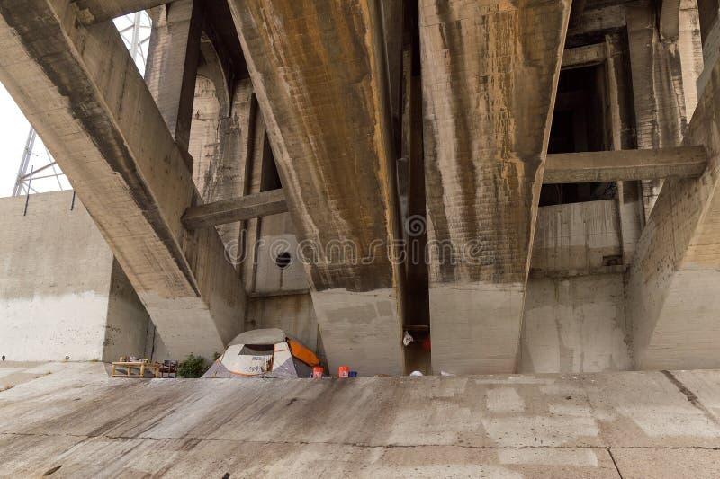 Бездомная разбивка лагеря под мостом в Лос-Анджелесе стоковое изображение