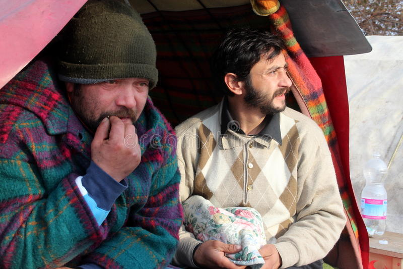 бездомные живущие люди идут снег вниз стоковая фотография rf