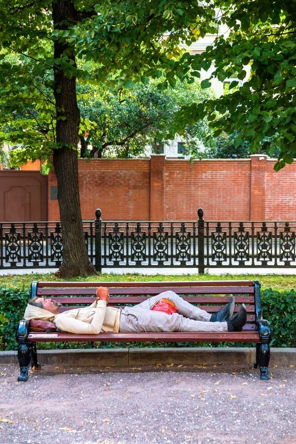 Бездомные как на улице bench стоковое изображение rf