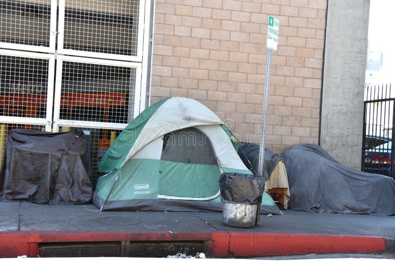 Бездомные шатры в городе стоковое фото