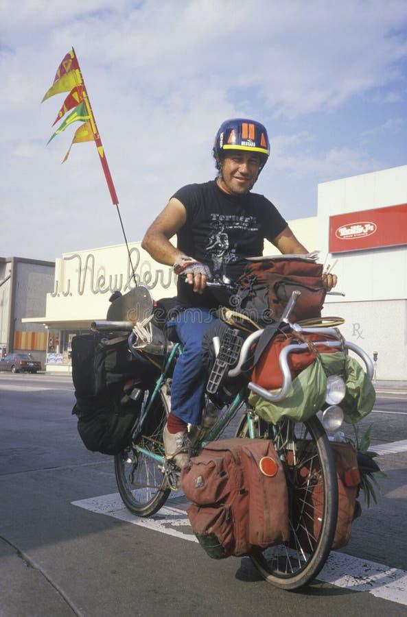Бездомный велосипед riding Latino стоковое фото rf