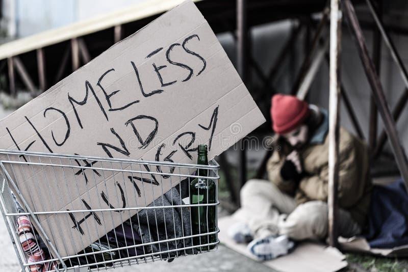 Бездомный и голодный знак стоковое изображение rf