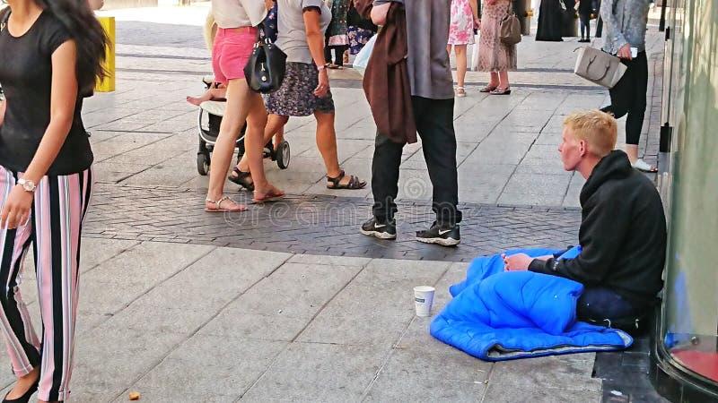 Бездомный молодой человек стоковая фотография rf