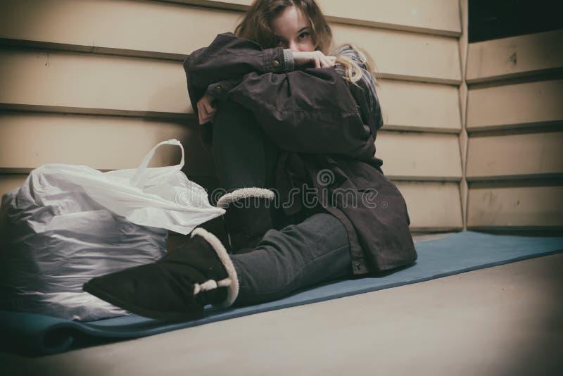 Бездомный подросток принимая укрытие стоковое изображение rf