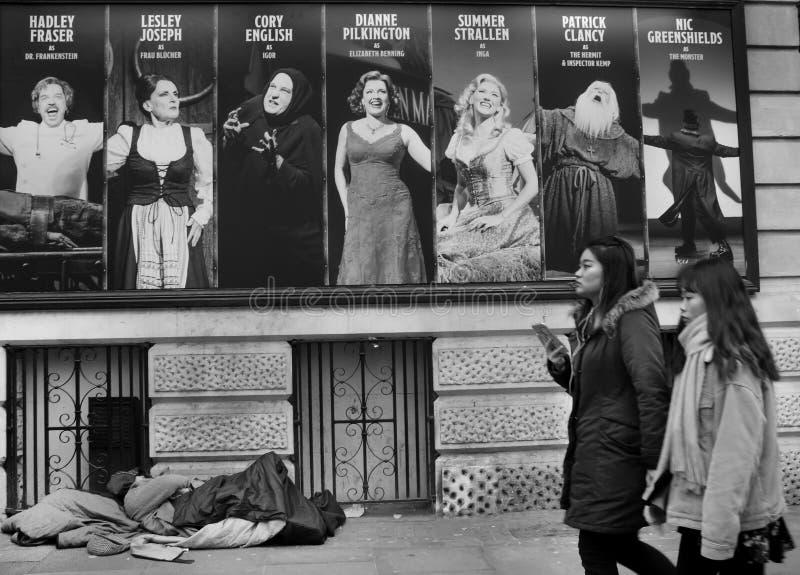 Бездомный попрошайка спать на квадрате Лестера в Лондоне стоковое изображение rf
