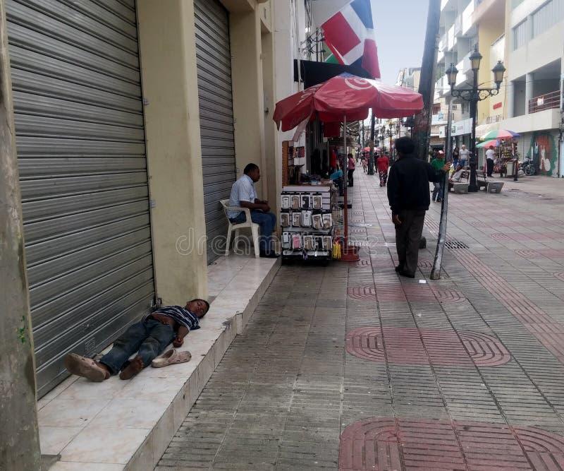 Бездомный ребенок спать на улице El Conde в Colonial Zona стоковая фотография rf