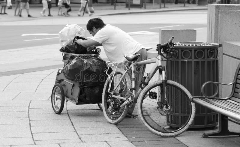 Бездомный человек с Bike и трейлером стоковые фотографии rf