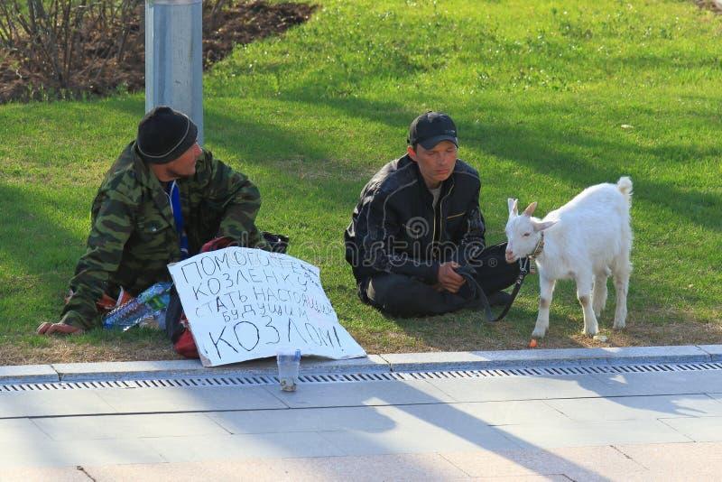 2 бездомных люд умоляя в Москве стоковая фотография rf