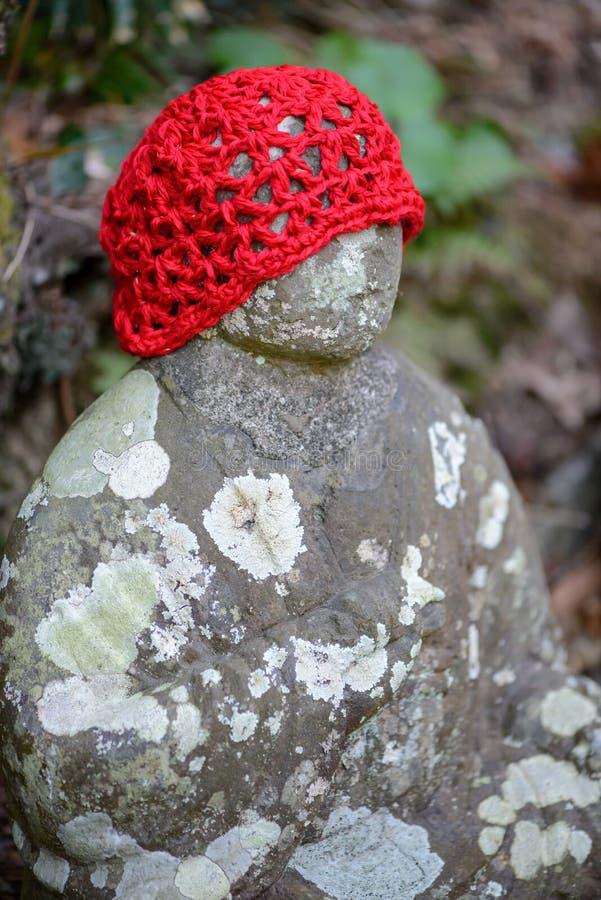 Безликая статуя Jizo Bosatsu нося красную крышку стоковые изображения rf