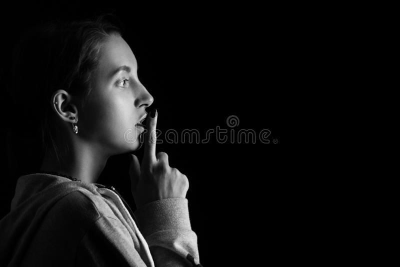 Безмолвие выставки девушки стоковое фото rf