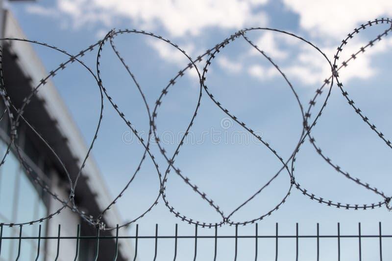 Безопасная защитная загородка металла с колючей проволокой стоковое фото rf