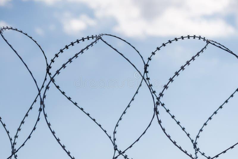 Безопасная защитная загородка металла с колючей проволокой стоковое фото