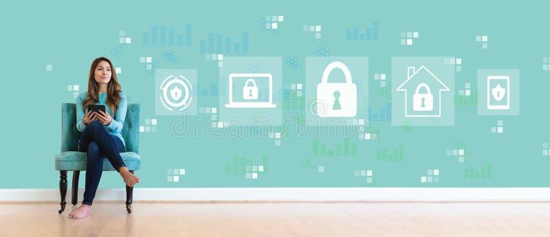 Безопасность кибер с молодой женщиной стоковые фото