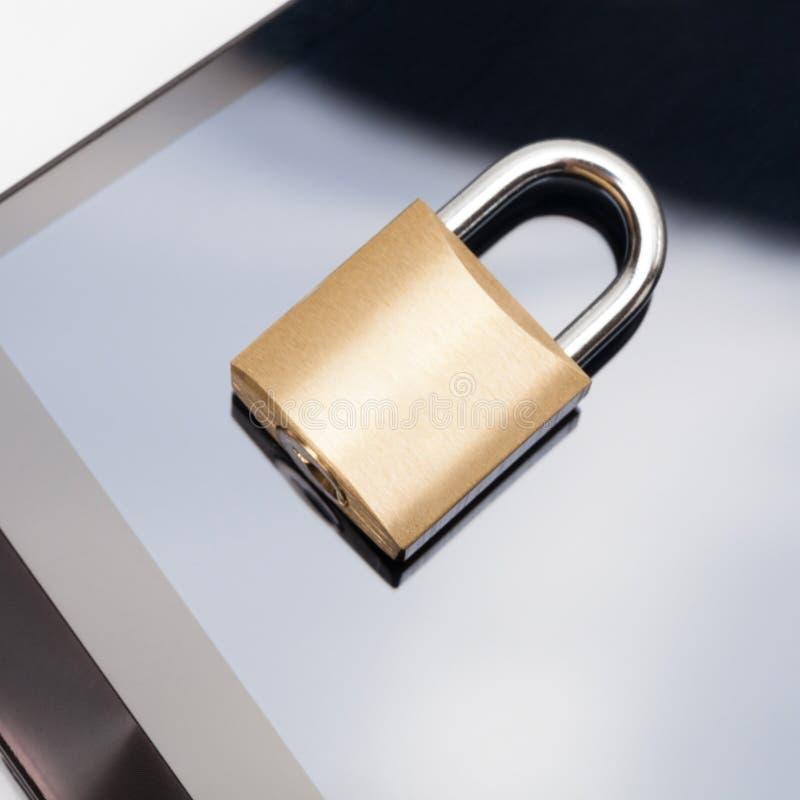 Безопасность мобильного телефона и концепция защиты данных - smartphone с запертым замком над им стоковая фотография